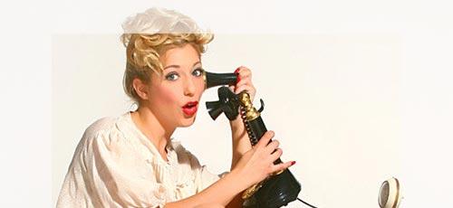 Frau lauscht Sexgeschichten am Telefon